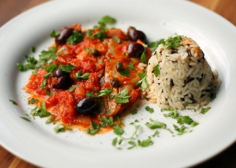 Fischfilets mit Tomaten, Oliven und Kapern und Wildreis (© Redaktion - Portanapoli.com)