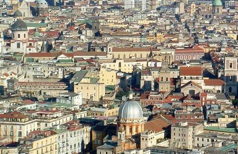 Die Altstadt von Neapel wird von engen Gassen und kleinen Kirchen geprägt (© Redaktion Portanapoli.com)