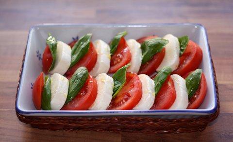Caprese - Tomaten mit Mozzarella und Basilikum (© Redaktion - Portanapoli.com)