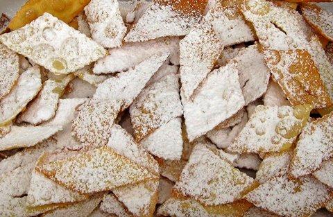 Chiacciere werden mit Puderzucker bestreut (© Redaktion - Portanapoli.com)