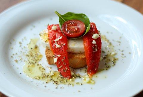 Crostini mit Peperoni, Tomaten und Mozzarella (© Redaktion - Portanapoli.com)