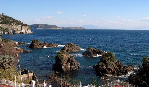 Ischia: Felsen vor der Küste (© Redaktion - Portanapoli.com)