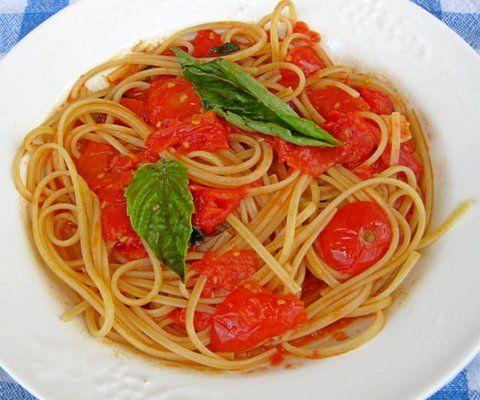 Linguine mit frischer Tomatensoße und Basilikum (© Redaktion - Portanapoli.com)