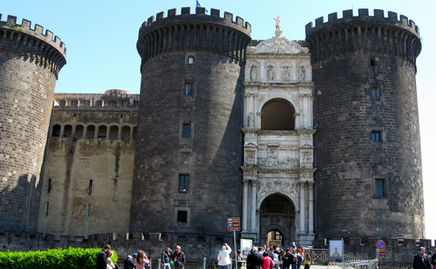 Maschio Angionio - Neapel lockt mit monumentalen Bauwerken