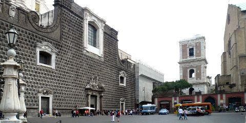 Piazza del Gesù Nuovo in Neapel (@ Portanapoli.com)