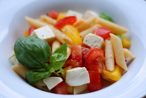 Nudelsalat mit Tomaten, Mozzarella, Paprika und Basilikum (© Redaktion - Portanapoli.com)