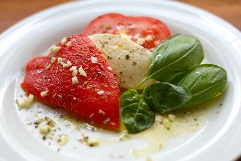 Mozzarella mit Tomaten und gegrillter Paprika (© Redaktion - Portanapoli.com)