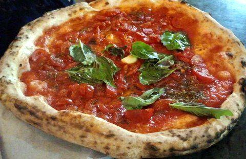 Neapolitanische Pizza mit frischen Tomaten und Oregano (© Redaktion - Portanapoli.com)