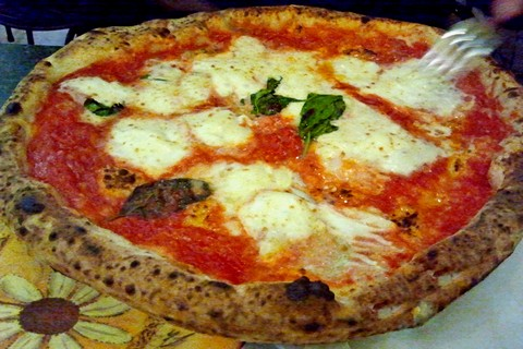 "Originale Pizza Margherita aus Neapel - die Redaktion beneidet den ""Gabelbesitzer"" (© Bruno -Portanapoli.com)"