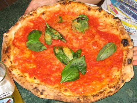 Riesige Pizza Marinara (dekoriert mit Basilikum) in einer Pizzeria in Napoli (© Redaktion - Portanapoli.com)