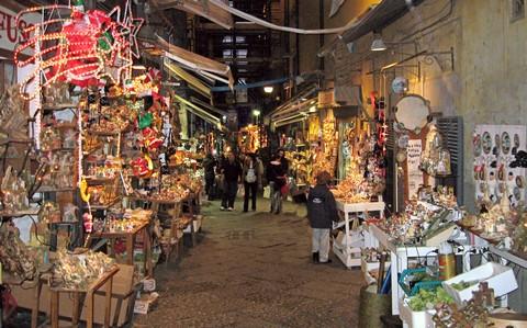 Die Via San Gregorio Armeno ist die Straße der Krippenbauer in Neapel (© Redaktion - Portanapoli.com)