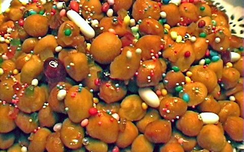 Die farbenfrohe Dekoration der Struffoli erinnert an einen geschmückten Weihnachtsbaum (© Redaktion - Portanapoli.com)