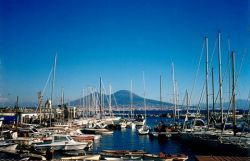 Vom Yachthafen Borgo Marinarai in Neapel hat man einen schönen Blick auf den Vesuv
