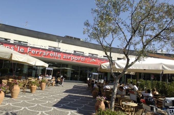 Außenbereich der Blu Bar an der Ankunftshalle des Flughafens Capodichino (© Gesac Spa - Aeroporto di Napoli)