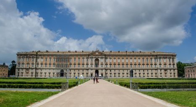 Imposante Fassade des Königspalastes von Caserta (© dudlajzov - Fotolia)