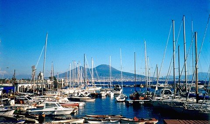 Vesuv hinter dem Hafen Santa Lucia in Neapel (© Redaktion - Portanapoli.com)