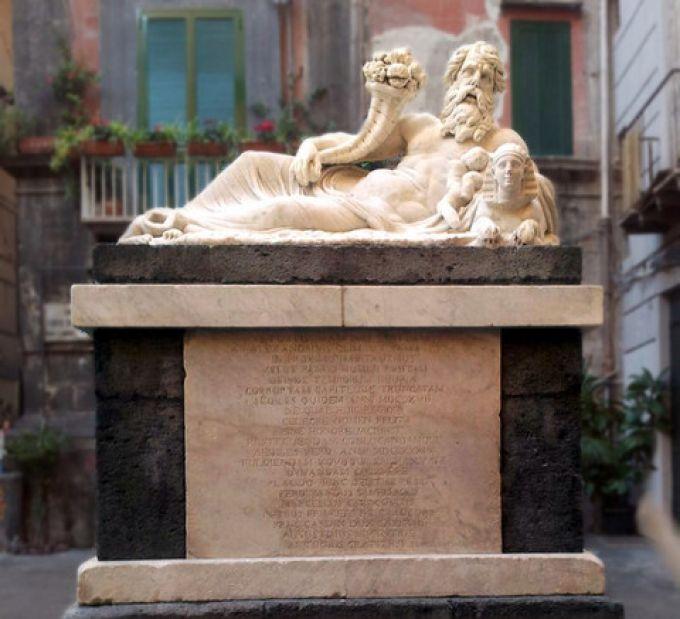 An der Piazzetta Nilo steht die 2000 Jahre alte Statue des Gottes Nil, eine der ältesten Zeitzeugen Neapels (© Luigi - Portanapoli.com)