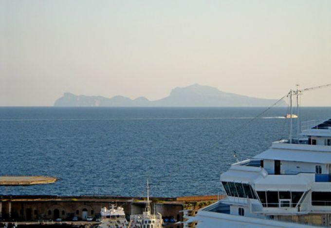 Capri ist weniger als eine Stunde vom Hafen Neapel entfernt (© Redaktion - Portanapoli.com)