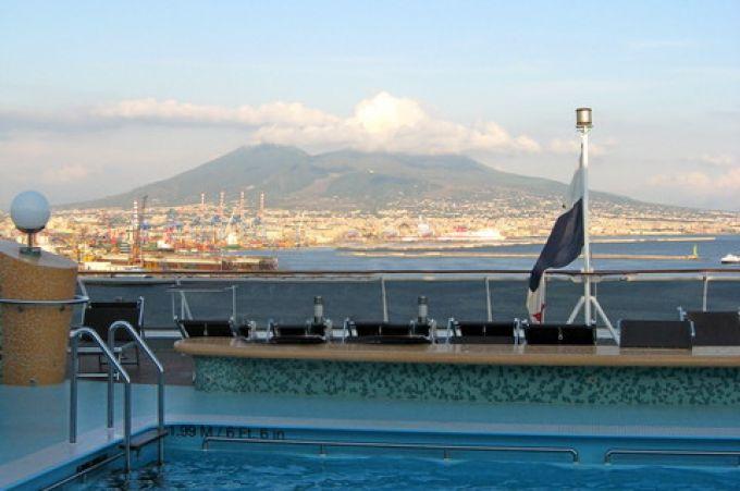 Bei der Einfahrt mit dem Kreuzfahrtschiff nach Neapel hat man den Vesuv stets im Blick (© Redaktion - Portanapoli.com)