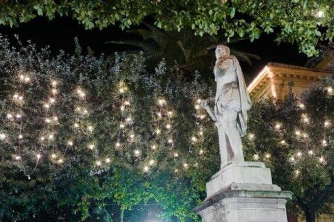 Dichterdenkmal am weihnachtlichen Piazza Tasso in Sorrent (© M. Mastrorillo - Fotoarchiv COM.TUR Napoli)