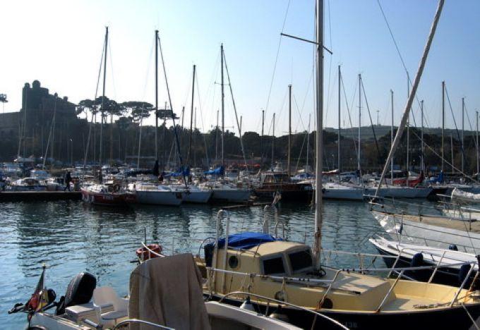 Hafen von Santa Marinella mit Castello Odescalchi (© Redaktion - Portanapoli.com)