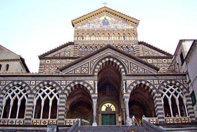 Cattedrale di Sant'Andrea, in der die Gebeine des Schutzpatrons aufbewahrt werden  (© Umberto - Portanapoli.com)