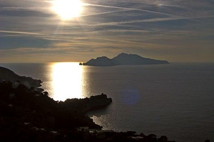 Von Massa Lubrense sieht man die Sonne hinter Capri untergehen (© Redaktion - Portanapoli.com)
