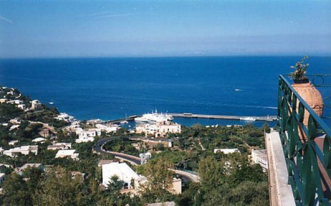 Von der Aussichtsterrasse neben der Seilbahn blickt man über Capri (© Redaktion - Portanapoli.com)