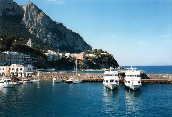 Anlegestelle der Fähren am Hafen Marina Grande auf Capri (© Redaktion - Portanapoli.com)