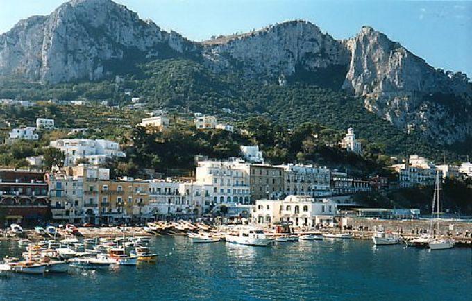 Die Fähren legen am Hafen Marina Grande von Capri an (© Redaktion - Portanapoli.com)