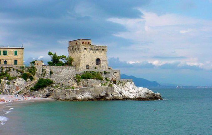 Malerisch erhebt sich ein antiker Turm am Strand von Erchie (© Francesca - Portanapoli.com)