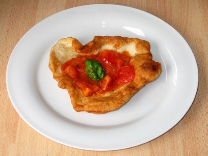 Mit Tomatensoße schmeckt die pizzetta fritta köstlich! (© Redaktion Portanapoli)