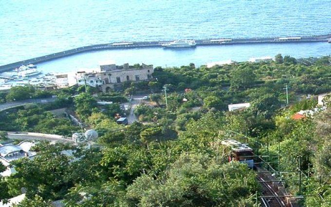 Eine Funicolare verbindet den Hafen von Capri mit der berühmten Piazzetta (© Redaktion Portanapoli.com)