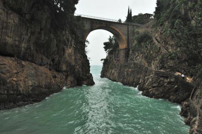 Brücke über dem Fjord von Furore (© Gino Cianci - Fototeca ENIT)