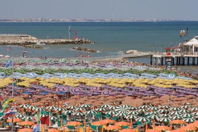 An der Adria reihen sich die Liegen im Sommer aneinander (© Sandro Bedessi - Fototeca ENIT)