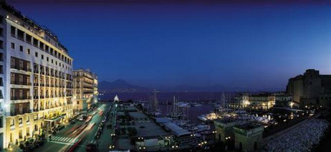 Das Grand Hotel Vesuvio liegt am hübschen Yachthafen Santa Lucia (© Grand Hotel Vesuvio Napoli)