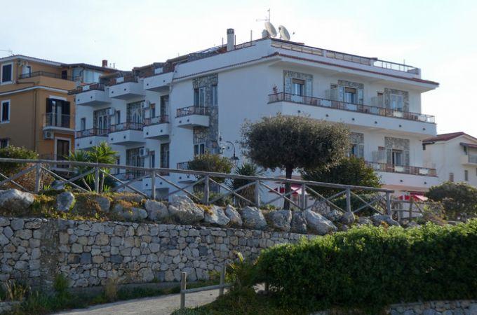 Das Hotel Calanca liegt direkt am Meer (© Portanapoli.com)