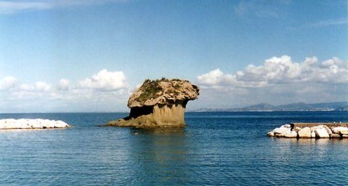 In Lacco Ameno ragt ein pilzförmiger Felsen aus dem Meer (© Redaktion - Portanapoli.com)