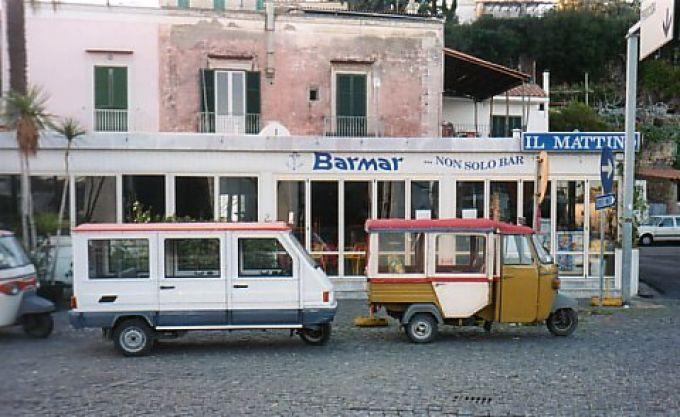 Am Hafen in Ischia warten Minitaxis auf Fahrgäste (© Redaktion - Portanapoli.com)