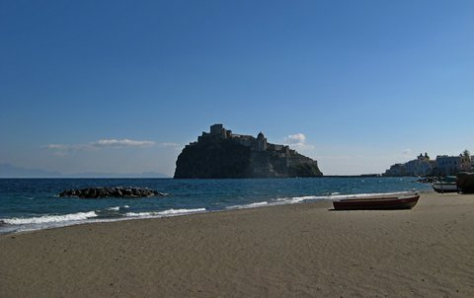 Strand mit Blick auf das Castello Aragonese (© Francesca - Portanapoli.com)