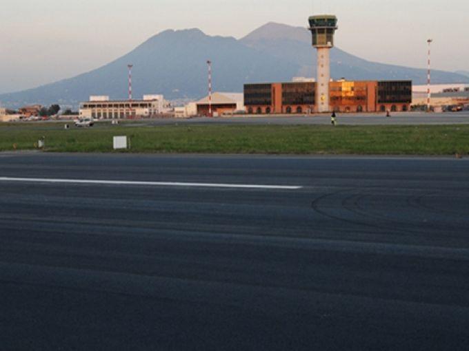 Auf dem Flughafen Neapel wird man vom Vesuv empfangen (© Gesac Spa - Aeroporto di Napoli)