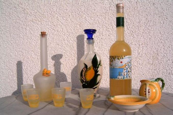Limoncello-Set mit Gläschen, Crema di Limoncello aus Sorrent und sonnengelber Limoncello von der Amalfiküste (© Redaktion - Portanapoli)