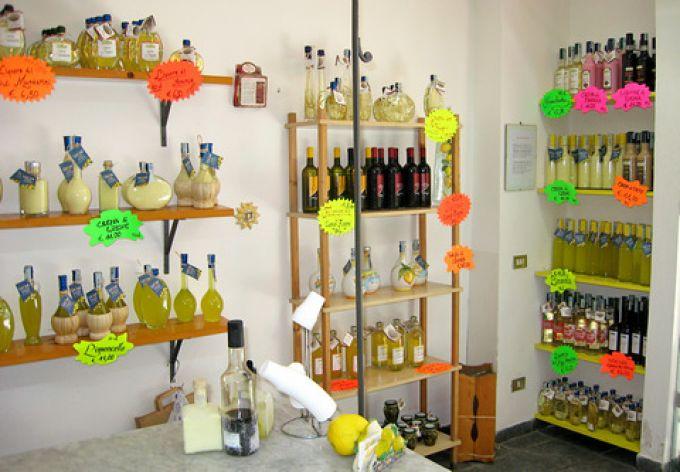 Liköre im Laden der Fabrik Limoné in Neapel (© Redaktion - Portanapoli.com)