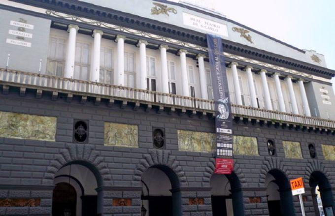 Fassade des Teatro San Carlo (© Umberto - Portanapoli.com)