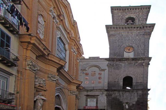 Hinter der unscheinbaren Fassade der Kirche San Lorenzo Maggiore verbirgt sich ein gotisches Schmuckstück (© Umberto - Portanapoli.com)