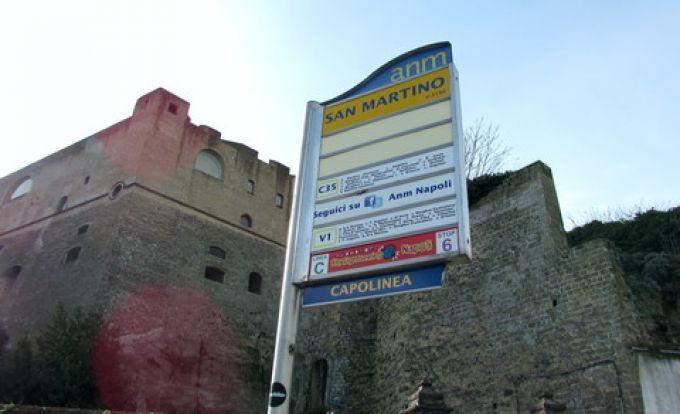 Bushaltestelle an der Burg Sant' Elmo in Neapel (© Umberto - Portanapoli.com)