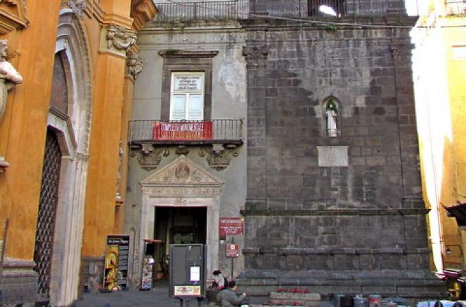 Eingang zum Complesso Monumentale San Lorenzo Maggiore in Neapel (© Umberto - Portanapoli.com)