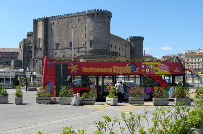 Roter Sightseeing-Bus vor dem Maschio Angioino am Hafen von Neapel (© Redaktion - Portanapoli.com)