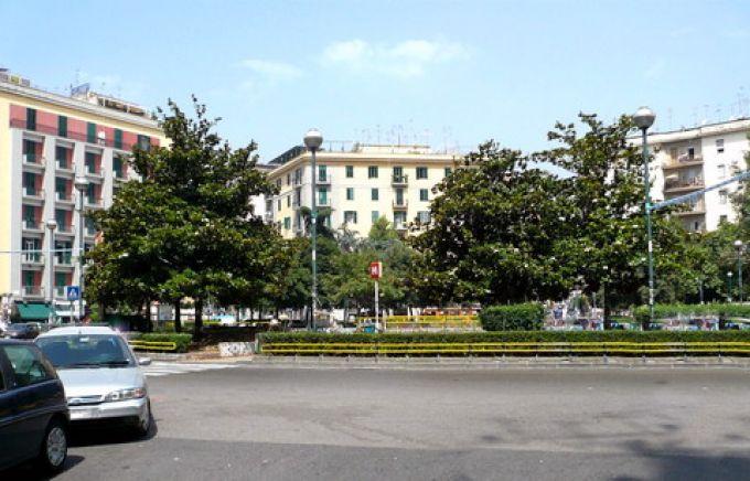 Wohnhäuser an der Piazza Medaglie d'oro in Neapel (© Umberto - Portanapoli.com)