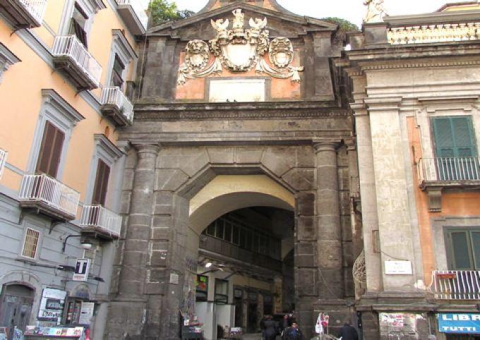 Durch das Tor Port'Alba kommt man in die Straße der Buchhändler (© Umberto - Portanapoli.com)